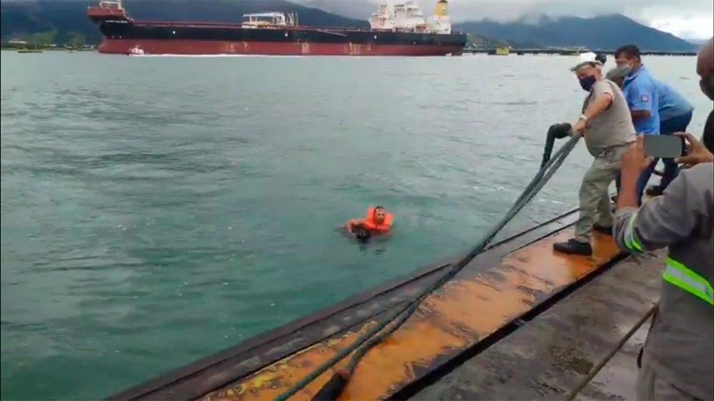 Cachorro é resgatado no canal de São Sebastião